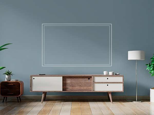 یک میز تی وی چوبی با رنگ ترکیبی سفید و قهوه ای می باشد که در بالای ان خطوط یک صفحه نمایشگر رسم شده است و در کنار میز یک آباژور سفید و گلدان های سفید رنگ قرار گرفته است و کف زمین هم به صورت پارکت چوبی کرم قهوه ای می باشد