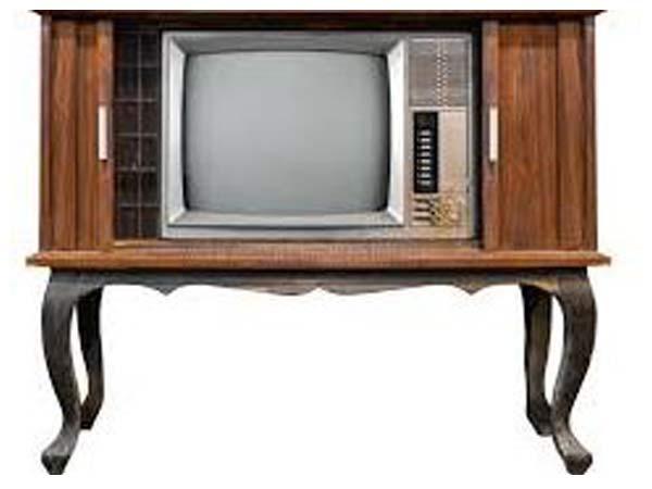یک میز تی وی قدیمی چوبی می باشد که تلویزیون در داخل آن به صورت بر جسته می باشد و رنگ میز تی وی قهوه ای می باشد و این میز در زمینه ای سفید قرار دارد.