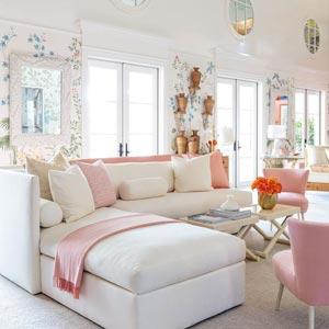 نمایش اجزای مبلمان لوکس و شیک و جذاب یک اتاق نشیمن با ترکیب رنگ صورتی و سفید شامل مبل راحتی جلو مبلی صندلی ها و میزها و فرش و گلدانها و دکور و تزیینات