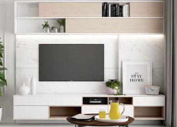 تی وی ست دیواری با ترکیب رنگ های قهوه ای و کرم به صورت قفسه باز در تصویر می باشد که صفحه تی وی بر دیواره پشتی آن نصب می باشدو یک میزی روبه روی تی وی قرر دارد که پایه های آن به صورت فلزی و صفحه روی آن به صورت گرد می باشد.