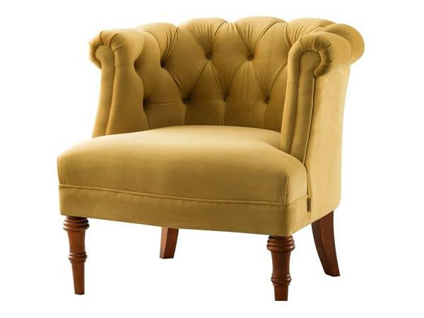 صندلی پذیرایی لیمویی رنگی با پایه های چوبی قهوه ای تیره در تصویر می باشد