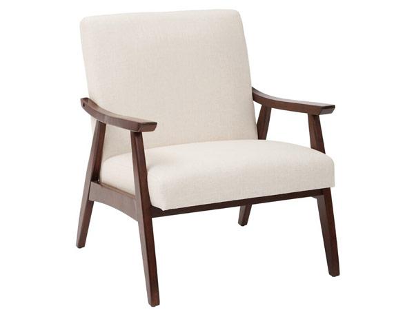 صندلی پذیرایی سفیدی با دسته و پایه قهوه ای تیره در زمینه ای سفید از تصویر قرار دارد