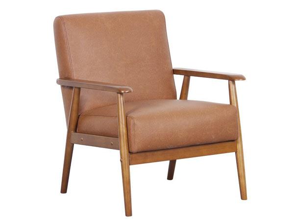 صندلی پذیرایی قهوه ای رنگی همراه با دسته و پایه چوبی به رنگ قهوه ای روشنت در زمینه سفیدی از عکس قرار دارد.