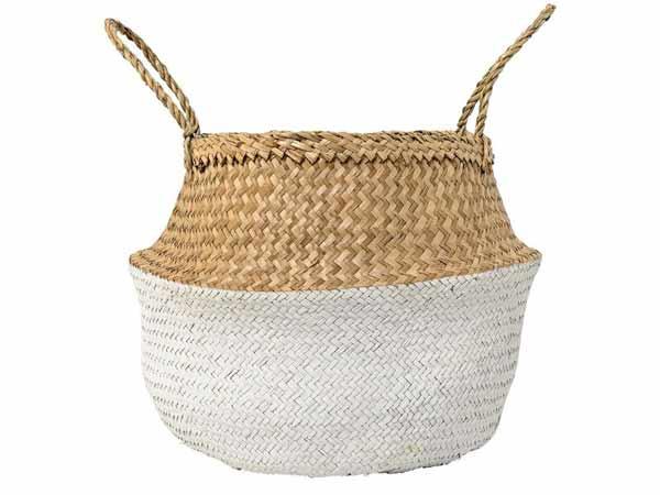 سبد تزیینی چوبی دسته دار به رنگ قهوه ای روشن و سفید در زمینه ای سفید رنگ قرار دارد