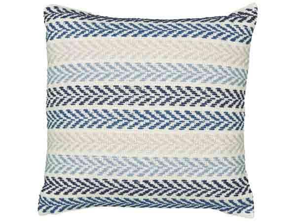 کوسن طرح داری با ترکیب رنگ های آبی و سرمه ای و سفید و کرم به صورت را راهی با طرح برگ مانند در زمینه ای سفید از عکس قرار گرفته است