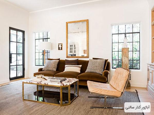 تصویری از چیدمان داخلی منزل که یک آباژور کنار سالنی با کلاهک سفید در آن مشخص است.