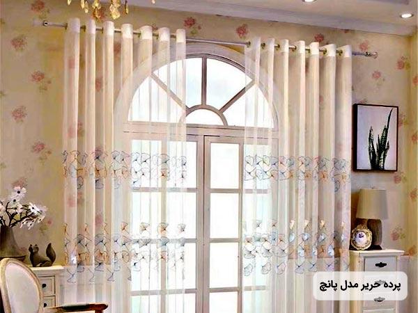 تصوير پرده مدرن مدل پانچ از جنس حرير به همراه قاب عکس و پنجره بزرگ در پشت پرده