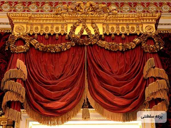 تصوير يک پرده سلطنتی بزرگ به رنگ قرمز و طلايي روي پنجره