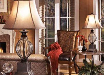 آباژور کلاسیک بر روی میز در میان دکوراسیون منزل در کناز یک صندلی و میز