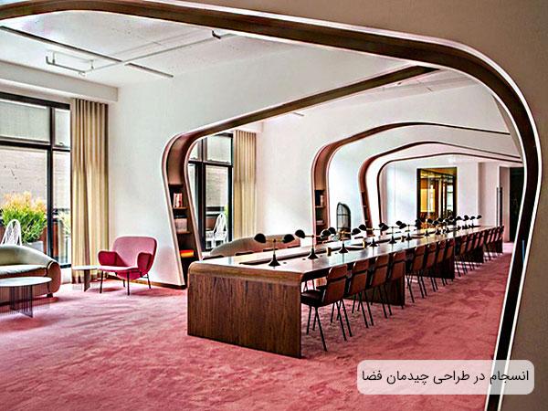 دکوراسیون داخلی مدرن شامل میز و صندلی ، کتابخانه در تطابق با معماری داخلی مدرن