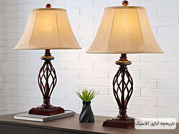 تصویری از دو عدد آبازور کلاسیک در کنار هم بر روی میز با بک گراند دکوراسیون داخلی منزل