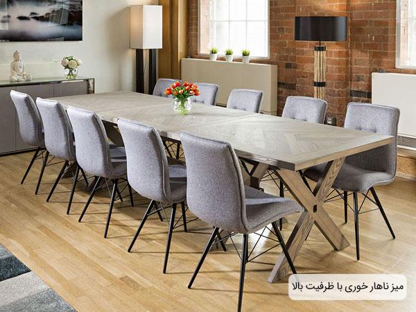 میز ناهار خوری با ظرفیت تعداد نفرات بالا در تصویر مشخص می باشد.