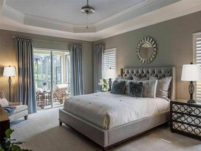 نمايي از يک اتاق خواب امروزي که شامل يک تخت خواب، آباژور، مبل راحتي، پرده و ... مي باشد