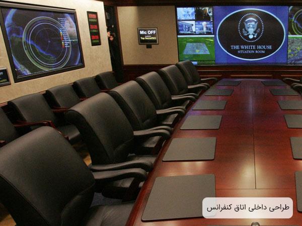 فضاي مخصوص برگزاري کنفرانس ها و جلسات آنلاين و حضوري که داراي يک ميز کنفرانس بزرگ به همراه چند صندلي کنفرانس مي باشد و چندين نمايشگر بزرگ در اتاق نصب شده اند