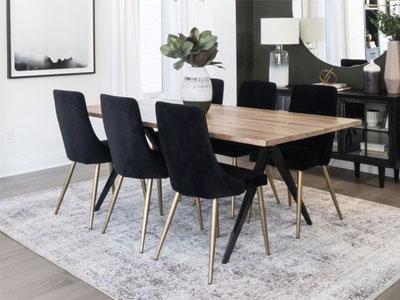 آشپزخانه مدرن که مجهز به يک ميز ناهار خوري ، چندين صندلي غذا خوري ، فرش و ساير لوازم تزئيني مانند آباژور مي باشد