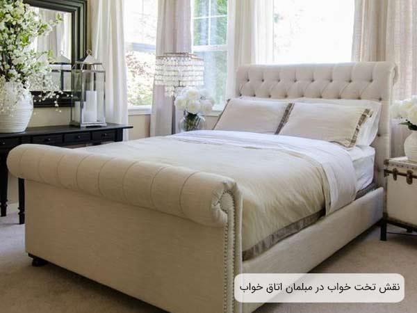يک تخت خواب دو نفره با رنگ غالب استخواني که دو بالشت و يک رو تختي روي آن قرار گرفته است