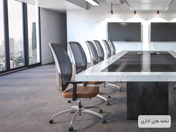 تخته هاي هوشمند مورد استفاده در اتاق جلسه يک اداره به رنگ مشکي که بر روي ديوار نصب گشته اند