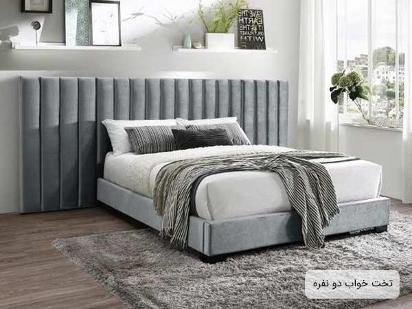 يک عدد تختخواب دو نفره ساده که قسمت تحتاني آن به رنگ خاکستري بوده و بخش فوقاني سفيد رنگ مي باشد