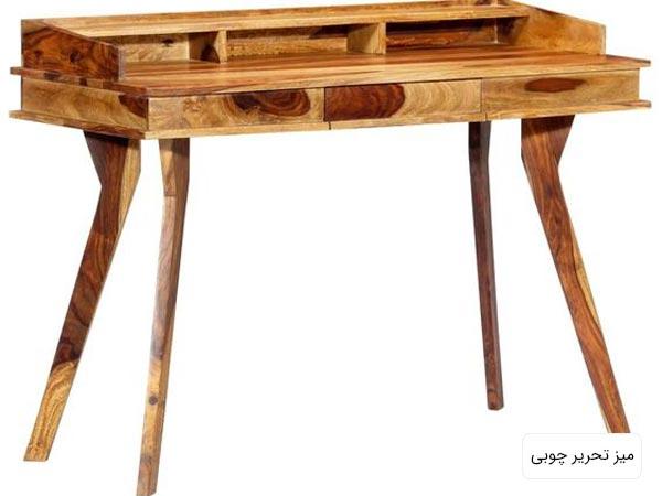 يک عدد ميز تحرير چوبي براي مطالعه با طراحي کلاسيک در پس زمينه سفيد
