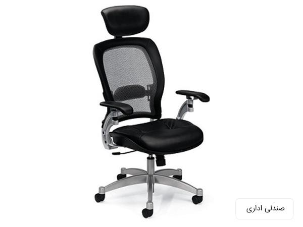 صندلي اداري چرخ دار با دسته که بدنه آن مشکي رنگ و پايه هايش به رنگ نقره اي مي باشند در پس زمينه سفيد