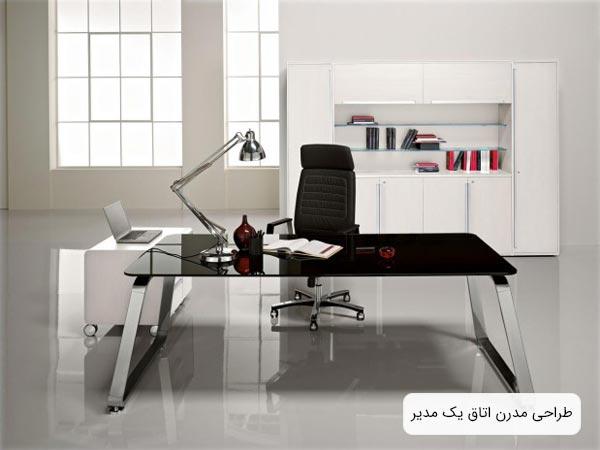 چيدمان امروزي دفتر کار رئيس يک اداره يا شرکت که در آن از ميز مديريت شيشه اي و يک صندلي مديريت مدرن استفاده شده است