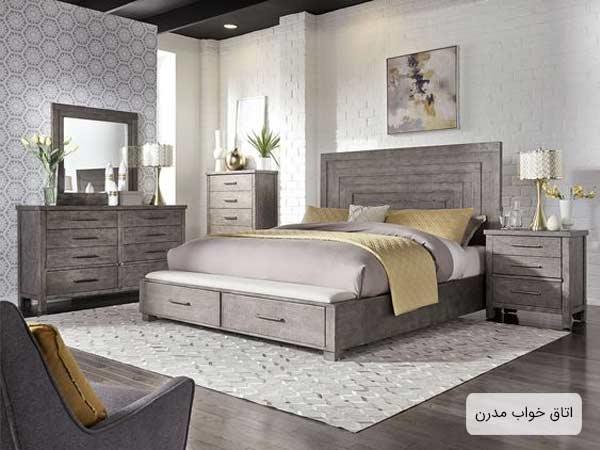 يک اتاق خواب امروزي که داراي تخت خواب، فرش، مبل راحتي، دراور، ميز کنار تختي و يک تابلوي نقاشي مي باشد