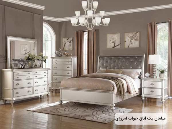 فضاي يک اتاق که مجهز به تختخواب، دراور، کنسول آيينه، فرش، ميزعسلي و پرده مي باشد