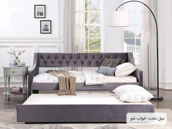 يک عدد مبل سه نفره به رنگ سربي با قابليت تبديل شدن به تخت خواب