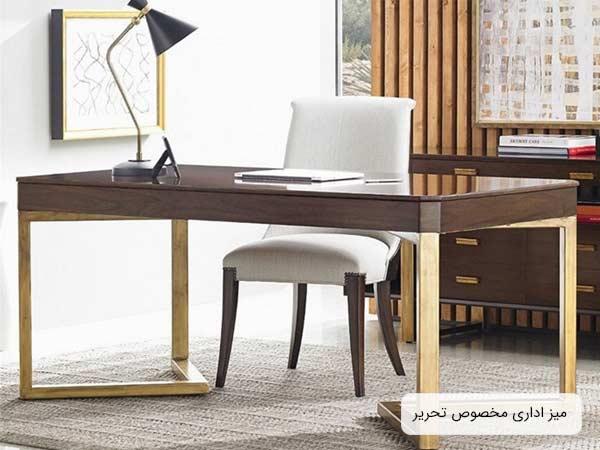 یک میز مخصوص تحریر به رنگ قهوه ای در کنار یک صندلی سفید رنگ