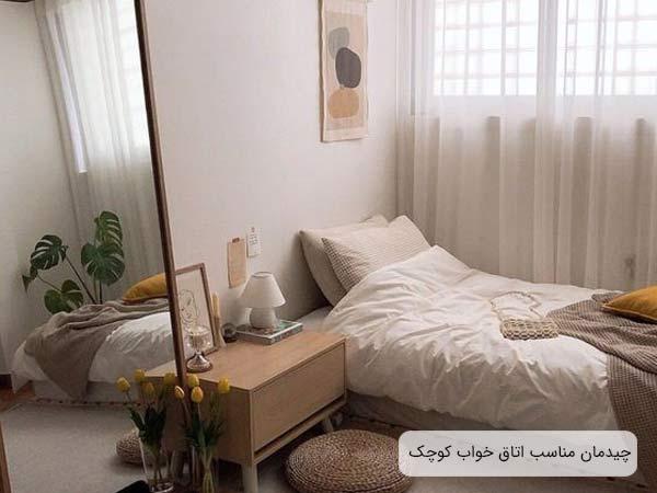 يک اتاق خواب با وسعت کم که داراي يک نخت خواب تک نفره، يک ميز کنار مبلي، يک عدد آيينه قدي و ساير لوازم دکوري مي باشد