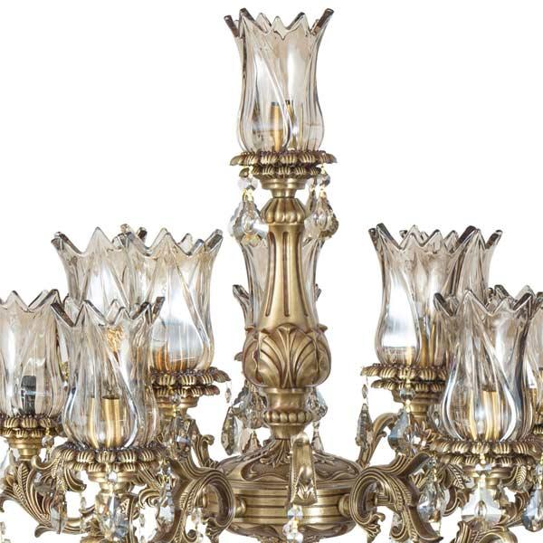 تصويری از آباژور لوکس چشمه نور با طراحي سلطنتی در پس زمينه سفيد .