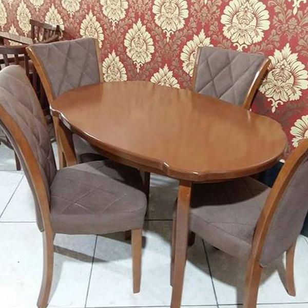 ميز و صندلی ناهار خوری چستر به رنگ قهوه ای و طوسی که چهار عدد صندلی ناهار خوری در کنار ميز قرار گرفته اند.