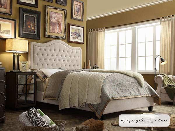 تصويری از يک تخت يک و نيم نفره تاج دار به طراحی به سبک فرانسوی و به رنگ سفيد صدفی که خوشخواب با رنگ های متنوع روی آن قرار گرفته است.