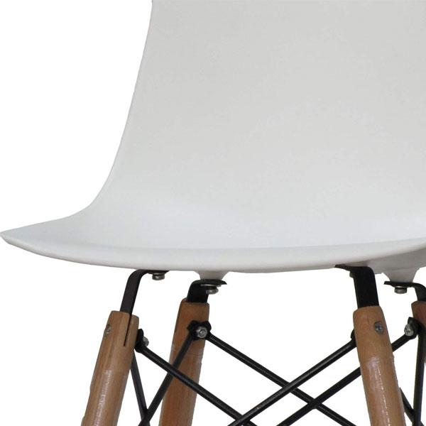 تصوير صندلی ميز ناهارخوری آريا به رنگ سفيد با طراحی شيک و ساده در پس زمينه سفيد.