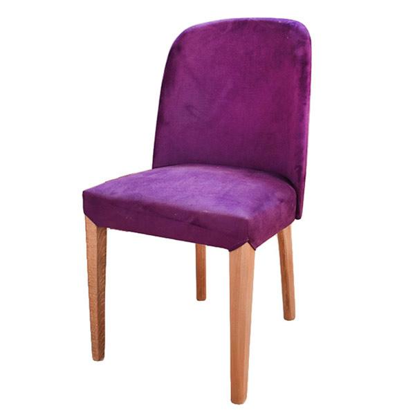 تصوير يک صندلی ناهارخوری مدرن به رنگ بنفش با پايه هاي چوبي در پس زمينه سفيد.