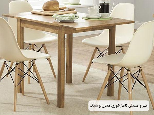 چهار عدد صندلی ناهار خوری کروماتيک در کنار يک ميز ناهارخوری چوبی و تعدادی ظرف و مواد غذايی که روی ميز قرار گرفته اند.