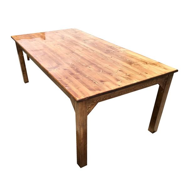 يک عدد ميز نهار خوری کلاسيک با بدنه چوبی ه رنگ قهوه ای روشن در پس زمينه سفيد