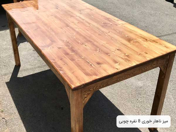 تصويري از ميز ناهارخوری چوبی مدل 407 با طراحی کلاسيک که بر روی آسفالت قرار گرفته است.