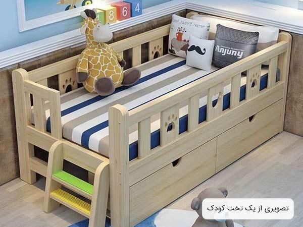 تصويری از يک تخت حواب کودک پسرانه چوبی به رنگ کرم و دارای يک پله کوچک و تعدادی عروسک که در اطراف تخت قرار گرفته اند.