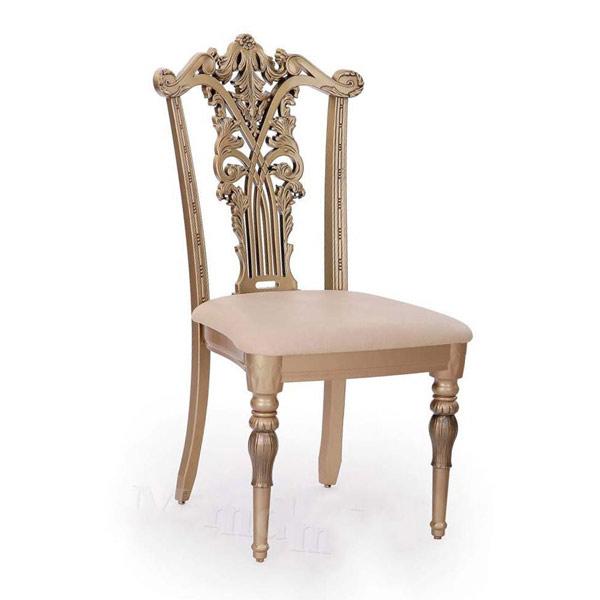 تصويری از دو صندلی ناهار خوری سلطنتی يه رنگ کرمی در پس زمينه سفيد.