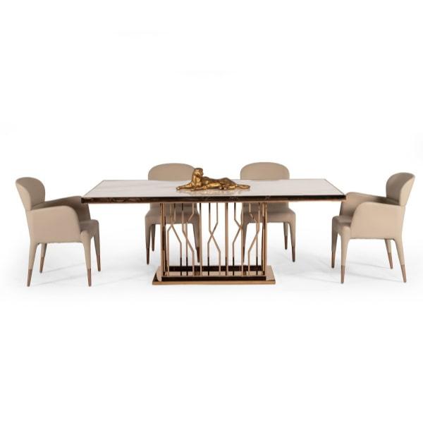 ميز ناهارخوری 6 نفره استيل در کنار چهار عدد صندلی ناهار خوری استيل کرمی رنگ در پس زمينه سفيد .