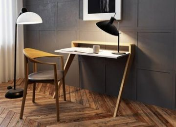 يک عدد ميز کمجا و کوچک چوبي با رنگ بژ روشن و داراي يک صفحه در کنار يک صندلي چوبي که يک عدد آباژور روي ميز قرار گرفته است