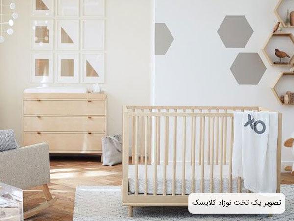 تصويری از يک سرويس خواب مخصوص نوزاد به رنگ کرمی و تشک سفيد و به شکل مستطيل .