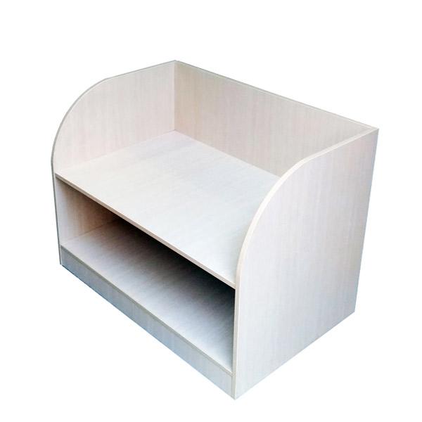 تخت خواب نوزاد سفيد رنگ دو طبقه با طراحی ساده و شیک در پس زمينه سفيد.
