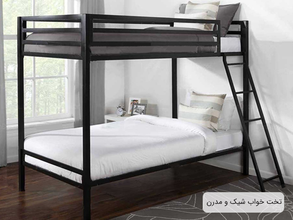 تخت خواب دورما مدل لانگ با بدنه قهوه ای از جنس فلز و خوش خواب سفيد و خاکستری در اتاق خواب.