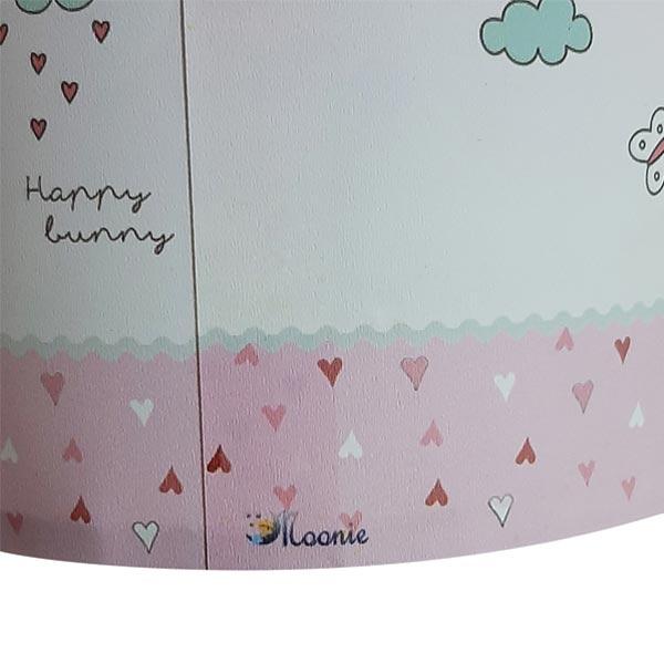 تصويری از شيد يا کلاهک آباژور با طرح ها و نقاش های کودکانه و رنگ آميزی زيبا در پس زمينه سفيد.