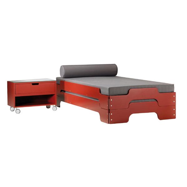 تخت خواب مدرن و اسپرت ديپون با بدنه اي قرمز رنگ و خوشخواب طوسي در پس زمينه سفيد.