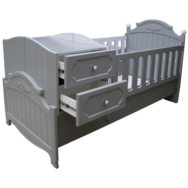 تخت کودک ام دی 011 که داراي شيش کشو می باشد و نرده های بلندی در اطراف اين تخت قرار دارند با پس زمينه سفيد.